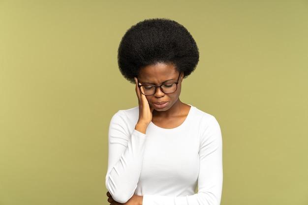 불행한 흑인 여성은 손으로 피곤한 스트레스를 받는 여성 실망하고 우울한 얼굴을 숨기고 울고 있다