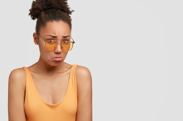 不幸な黒人女性が悲しみから沈む