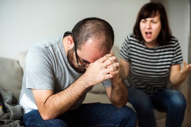 Несчастная пара спорит на диване