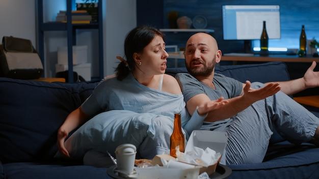 精神的な問題に苦しんでいる問題に圧倒された不幸なカップル