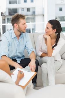 治療セッションで話している不幸な夫婦