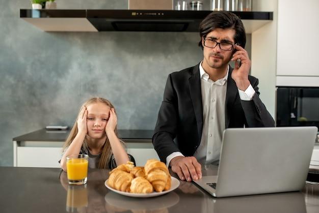 父親が家で働いているためにイライラする不幸な娘