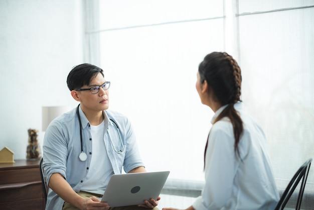 불행한 우울증 환자들은 정신 건강 치료를 위해 심리학자나 정신과 의사를 만나는 세션, 심리학의 여성 상담 및 심리 치료 지원, 스트레스 질환