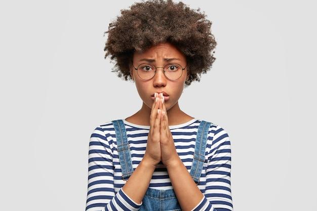 不幸な落胆した女性が謝罪と許しを求める