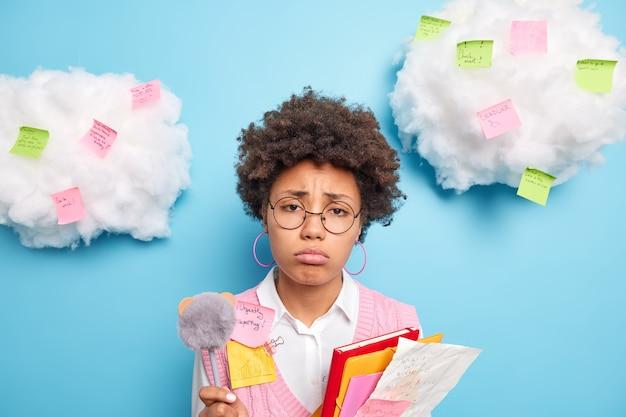 不幸な不満を持った学生は、試験の準備に非常にうんざりしていると感じています。