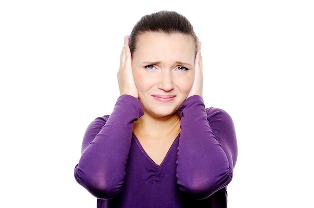 否定的な感情を持つ不幸な女性の顔