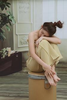 不幸な孤独な落ち込んでいるアジア女性自宅
