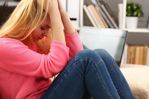 Несчастная одинокая депрессивная женщина, сидящая на диване