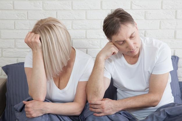 不幸な中年夫婦は関係に問題があります。家族概念の矛盾。長い付き合いに疲れました。セックスの難しさ。