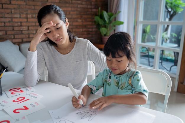 Несчастная мать во время обучения своей дочери дома