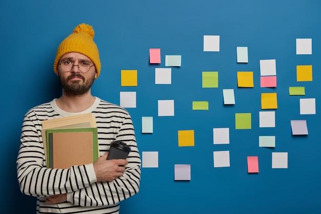Scolaro infelice trascorre il tempo libero nell'apprendimento delle lingue, cerca di ricordare nuove parole con l'aiuto di foglietti adesivi