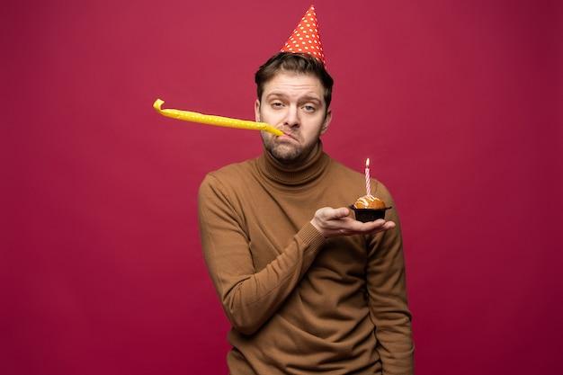 생일 컵케익 불행한 표정을 가진 불행 스트레스 젊은 남자