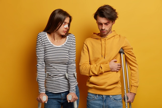 불행한 여자와 남자는 고통스러운 감정으로 고통받습니다.