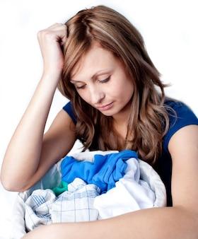 不幸な女性が洗濯をしている