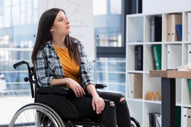 車椅子の不幸な女性