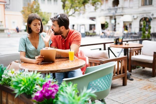 카페에서 말다툼을 하는 불행한 젊은 부부. 사람, 부정 행위, 갈등, 관계 문제 개념.