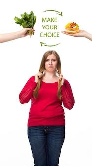 不健康で健康的な食品。太った女性のためのダイエットと健康的なライフスタイルの概念