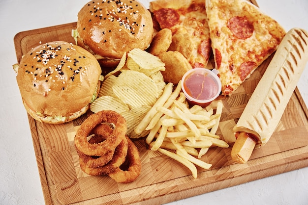 Нездоровая и нездоровая пища. различные виды фаст-фуда на столе, крупным планом
