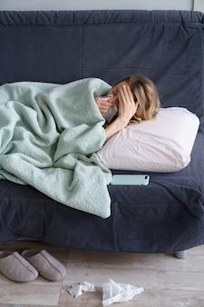 不健康な女性は、インフルエンザの風邪や季節性アレルギーに苦しんでいます。
