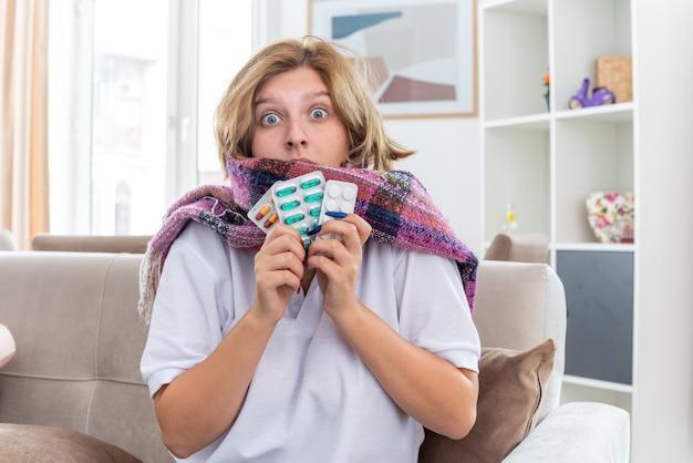 목 주위에 따뜻한 스카프가있는 건강에 해로운 여성은 독감과 감기로 고통 받고 아프고 아프다.