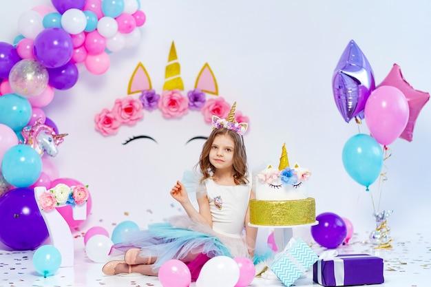유니콘 스타일 꾸미기를위한 선물 상자 아이디어를 들고 유니콘 소녀