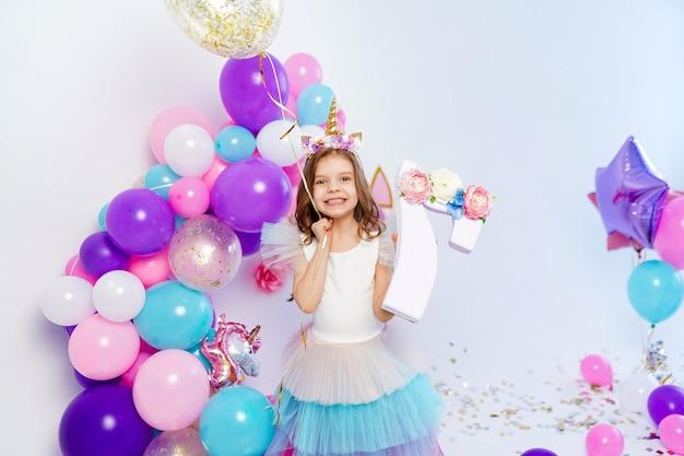 골드 색종이 공기 baloon 및 편지 아이디어를 들고 유니콘 소녀