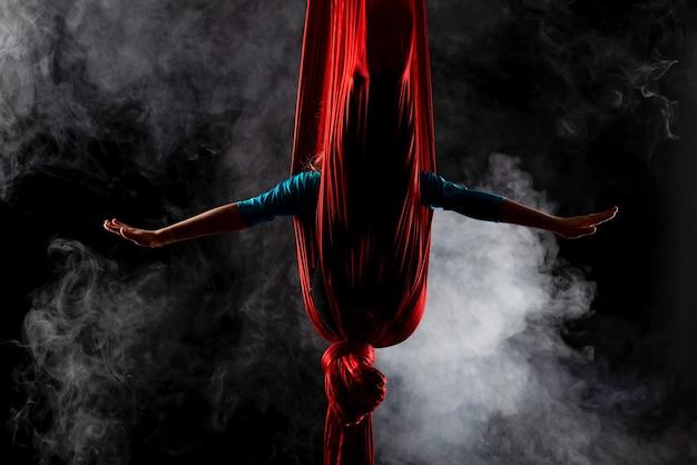 Неизвестная гимнастка спряталась в красной воздушной ленте
