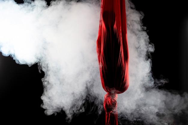 Неизвестная девушка-гимнастка спряталась в красной воздушной ленте
