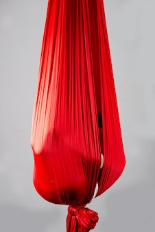 正体不明の少女がぶら下がっている赤いスカーフに隠れた