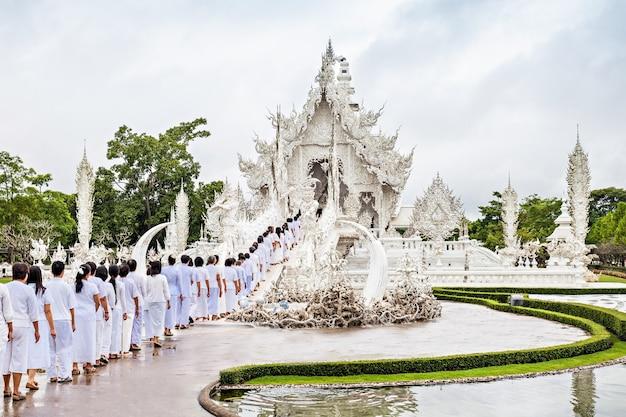 Wat rong khun 사원에서 loi krathong 축제를 축하하는 미확인된 사람들