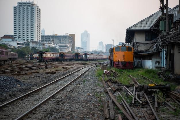 방콕 역에서 철도 트랙에 미확인 된 철도 열차. 태국의 많은 사람들이 기차로 여행하는 것이 저렴하기 때문에 인기가 있습니다.