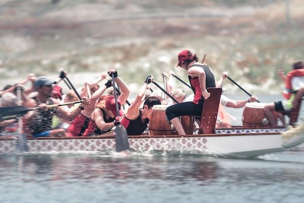 未知のチームが龍のボートレースで競争する