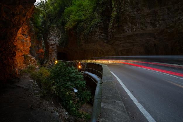Уникальная и знаменитая улица страда-делла-форра. живописная дорога к пещерам, ведущая от тремозине к пьеве.