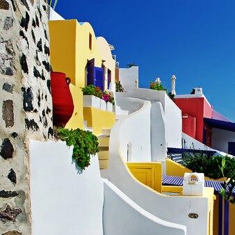 Уникальная архитектура острова санторини. разноцветные дома. греция путешествия
