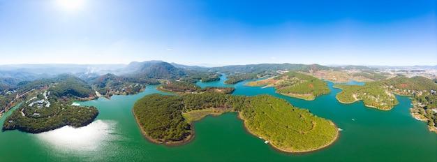 Уникальный ареальный вид на удивительное плато туйен лам озеро далат вьетнам лесной холм нагорье кофейная плантация земляника земляника ясное голубое небо