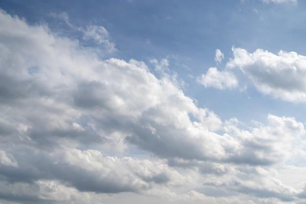 Уникальный стиль облаков на открытом небе для фона.
