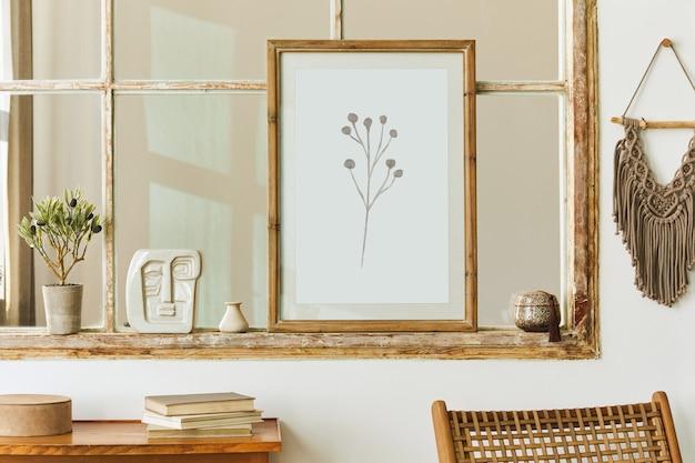 Уникальный интерьер гостиной в современном стиле с дизайнерским декором, макетом рамок для постеров на старом окне, книгой, макраме и элегантными песочными аксессуарами в домашнем декоре. шаблон.