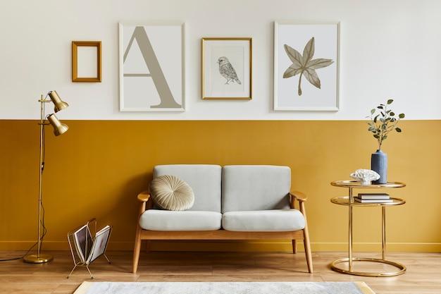 디자인 소파, 우아한 골드 커피 테이블, 포스터 프레임, 꽃병에 꽃, 장식 및 가정 장식의 페스로 날 액세서리가있는 현대적인 스타일의 인테리어의 독특한 거실. 주형.