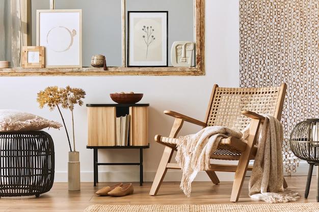 세련된 등나무 안락 의자, 디자인 가구, 말린 꽃, 포스터 프레임, 나무 바닥, 장식 및 우아한 개인 액세서리를 모의하는 독특한 거실 인테리어. 현대 가정. 주형.