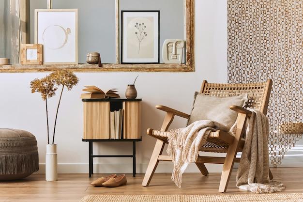 세련된 등나무 안락의자, 디자인 가구, 말린 꽃, 모형 포스터 프레임, 나무 바닥, 장식 및 우아한 개인 액세서리가 있는 독특한 거실 인테리어입니다. 현대 집. 주형.