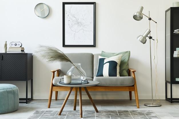 緑の快適なソファ、デザイン家具、モックアップポスターマップ、カーペット、植物、装飾、エレガントなアクセサリーを備えたユニークなロフトインテリア。リビングルームのモダンな家の装飾。白い壁。レンプレート。