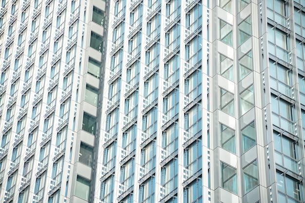 ユニークなローアングルの建物の視点。モダンな建物のガラスに反射する明るい太陽。オランダで撃たれた。
