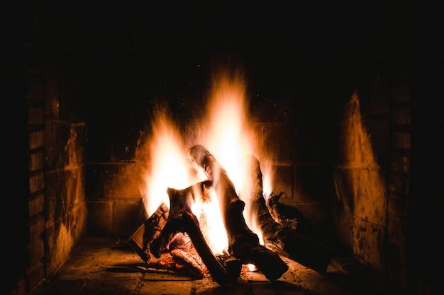 室内の炎のような暖炉のユニークなショット