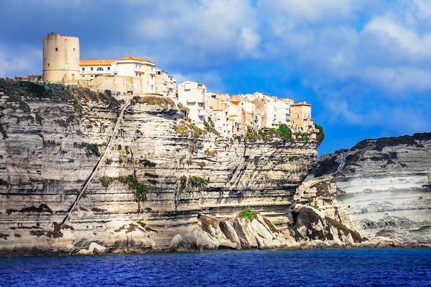 Уникальный город на скалах на острове корсика, франция