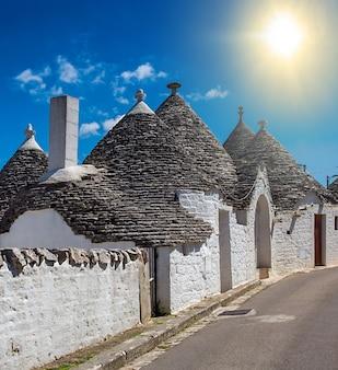 Уникальные дома трулли с конической крышей в альберобелло, италия, апулия