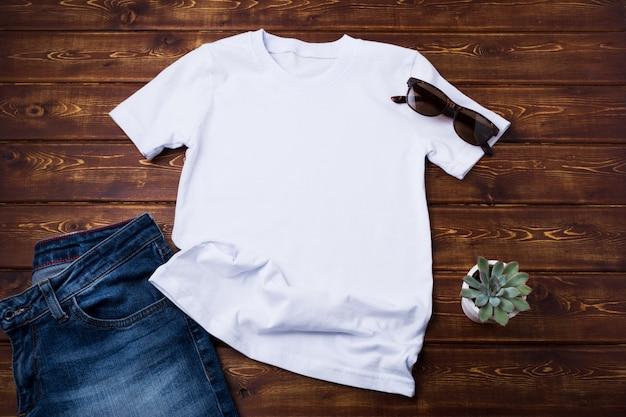 청바지와 즙이 많은 유니섹스 티셔츠