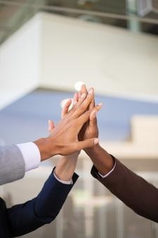 성공을 축하하는 유나이티드 비즈니스 팀