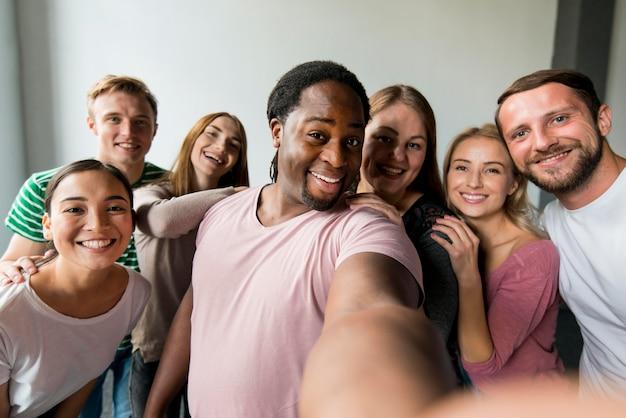Comunità unita che si fa un selfie insieme