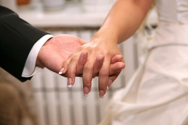 신부와 신랑의 미국 된 손 클로즈업