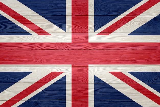 古い木の板の背景に描かれたイギリスの旗